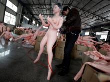 """ჩინეთის ქარხანაში რეზინის """"გასაბერი ქალების"""" წარმოება და რეალიზაცია დაიწყეს (+16)"""