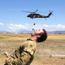 როგორ ერთობიან ჯარისკაცები დასვენების დღეებში (სახალისო ფოტოები)