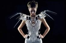 დიზაინერმა რობოტიზებული  კაბა შექმნა, რომელიც ქალს  თავდამსხმელის  მოგერიებაში  დაეხმარება