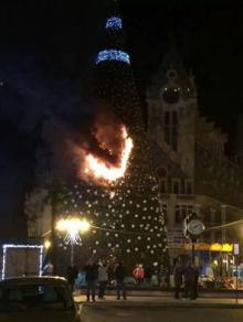 ბათუმში საახალწლო ნაძვის ხეს ცეცხლი გაუჩნდა