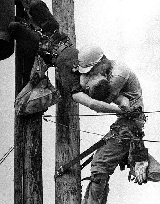მუშა ხელოვნურ სუნთქვას უტარებს თანამშრომელს, რომელიც მაღალი ძაბვის სადენს შეეხო (1967 წელი)