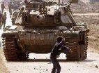 პალესტინელი ბიჭი ქვით ისრაელის თავდაცვის ძალების წინააღმდეგ