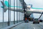თვითმფრინავი ხიდს დაეჯახა.