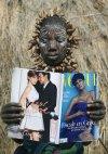 """მურეის ტომის ქალი სიცოცხლეში პირველად კითხულობს ჟურნალ """"ვოგის"""", ეთიოპია"""