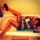 აბაზანაში განისვენებს,ბოთლის  ჩახუტება არ დაავიწყდა
