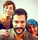 პოპულარული თურქი მსახიობი ბურაკ ოზჩივიტი დედასთან და ბებოსთან ერთად