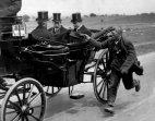 მათხოვარი ბრიტანეთის მეფის გეორგ V-ის ეკიპაჟს მისდევს,1920 წელი