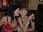 ორი დაქალი ბარში ალკოჰოლურ სასმელს სვამენ. ერთი ეუბნება მეორეს: