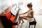 პიანინოზე უკრავდნენ თითები, და მე ვრჩებოდი სახტრად უტაქტო მუსიკას...