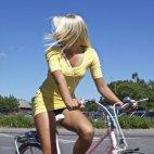 გოგონა ველოსიპედზე