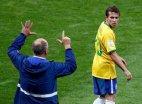 ლუის სკოლარი ბრაზილიელ მოთამაშეს თითებით აჩვენებს წაგებული მატჩის ანგარიშს
