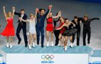 რუსეთი გუნდი ფიგურულ სრიალში გამარჯვებას ზეიმობს სოჭის ოლიმპიადაზე