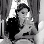 ამ ფოტოზე 60 - იანი წლების დიდებული ქალბატონები გამახსენდა, არადა ეს გოგონა მხოლოდ 27 წლისაა