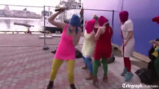 Pussy Riot საპროტესტო აქცია დაარბიეს კაზაკებმა ოლიმპიადაზე