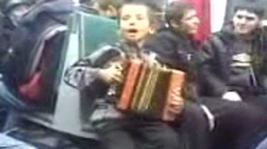 უნიჭიერესი ბავშვი მეტროში მღერის