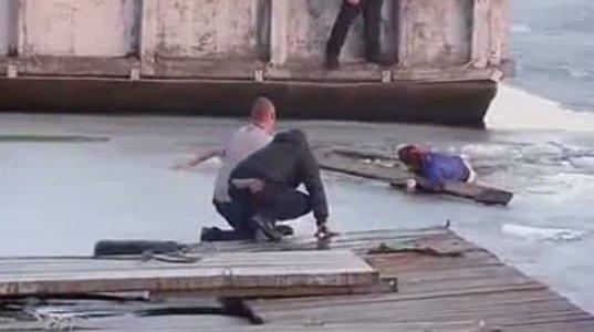 """გაყინულ მდინარეში ჩავარდნილი გოგოს შველას ლამის მშველელი ბიჭი """"შეეწირა"""""""