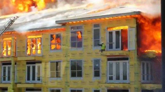 ჰიუსტონში კამპუსის შენობა ქაღალდივით იწვის, 25 მარტი 2014