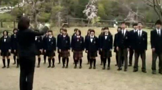 იაპონელი მოსწავლეები სომხურად მღერიან.