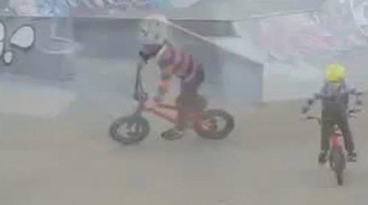 4 წლის ბიჭუნები ველოსიპედს ოსტატურად ატარებენ