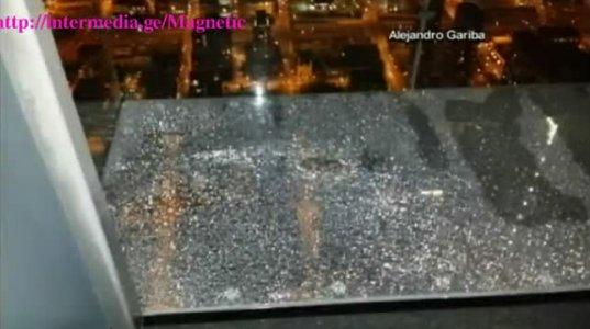 ჩიკაგოში Willis Tower-ზე მინის აივანი დაიბზარა