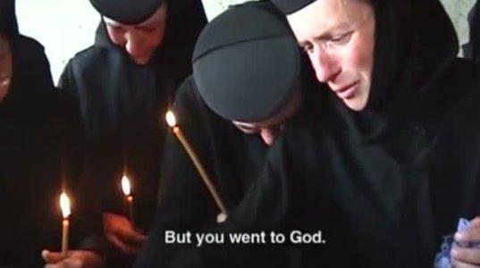 მღვდელს ეშმაკის განდევნის რიტუალის დაწყებამდე მონაზონი შემოაკვდა