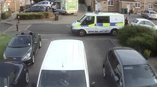 პოლიციის მანქანამ პარკირებაზე მდგომ ავტომობილს უკანა სვლით დაარტყა