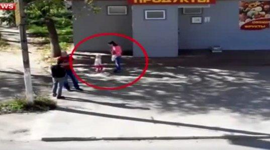 დედამ მცირეწლოვანი შვილი გამვლელების თვალწინ სასტიკად სცემა