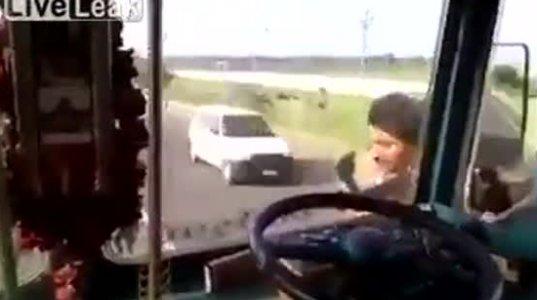 მძღოლი მიმავალი ავტობუსიდან გადავიდა