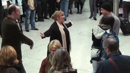 უნიკლაური და ულამაზესი ფლეშ-მობი აეროპორტში