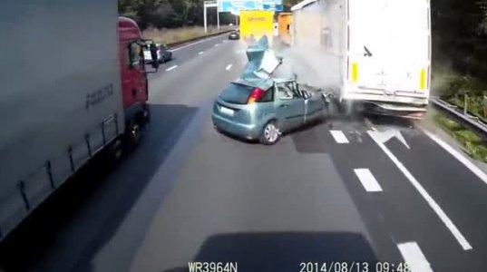 საწყალი  მანქანა  ნაწილებად  დაიშალა
