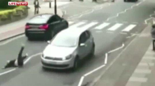 """ლონდონში ქალი იმ ცნობილ გადასასვლელზე გაიტანეს,სადაც """"ბიტლზი"""" გადადიოდა"""