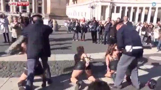 FEMEN-ის აქტივისტებმა ჯვარი შეურაცხყვეს