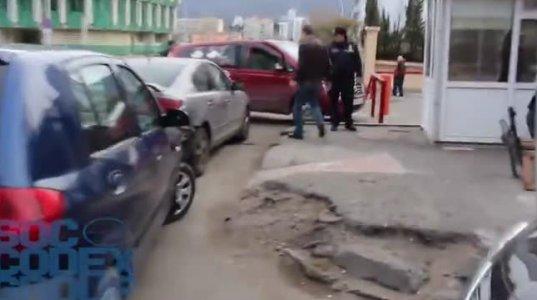 თბილისში ინვალიდის ეტლის გადასასვლელთანაც მანქანას აჩერებენ
